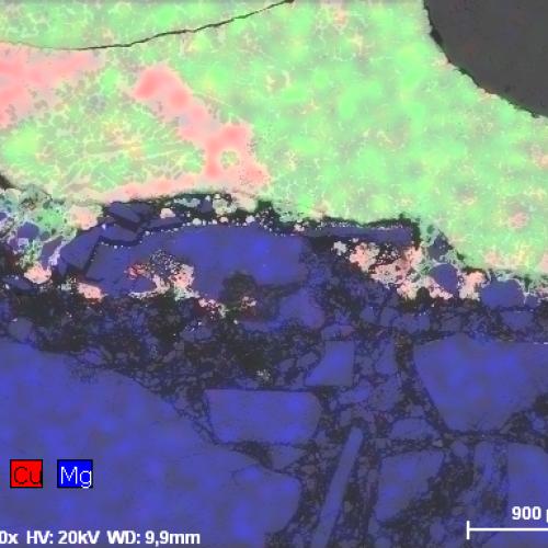 [:de]Falschfarbenbild der Elementverteilung von Chrom (grün), Kupfer (rot) und Magnesium (dunkelblau) in einer Keramik. Die Bildgebung erfolgt durch BSE und EDX.[:en]False colour image of the element distribution of chromium (green), copper (red) and magnesium (dark blue) in a ceramic. The imaging is done by BSE and EDX.[:]